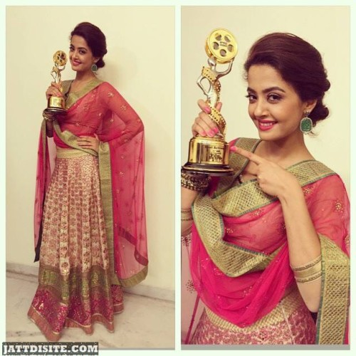 Surveen Chawla Poses For Photo With His Award