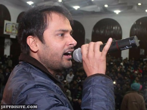 Amrinder-Gill-During-Stage Show