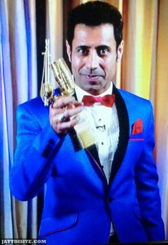Binnu Dhillon  HOlding is prize