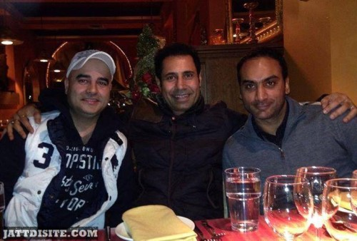 Binnu Dhillon enjoying dinner with friends