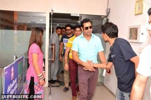 Binnu Dhillon hand shake with fans