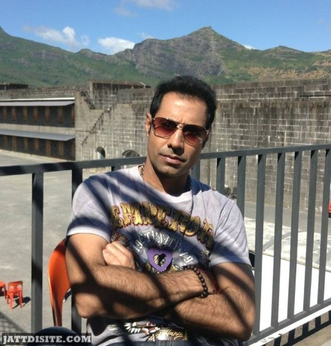 Binnu Dhillon in hotel