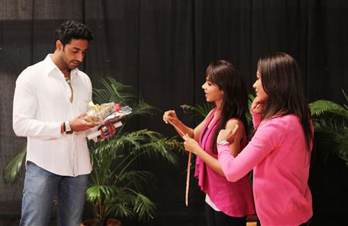 Abhishek Bachchan Receive Gift from their Fans