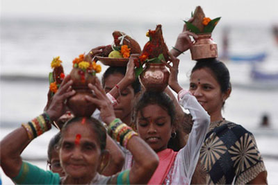 narali_purnima_ladies_offering_nariyal_sea_god