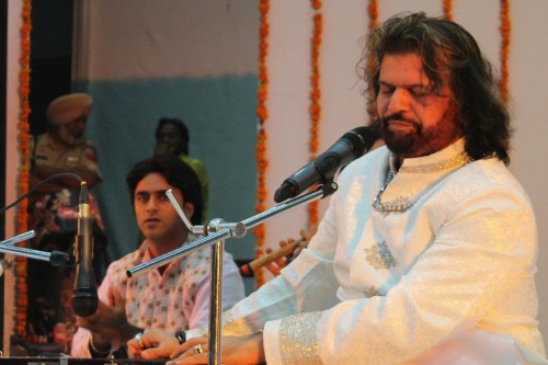 Hans-Raj-Hans-Performing-A-Stage-Show17