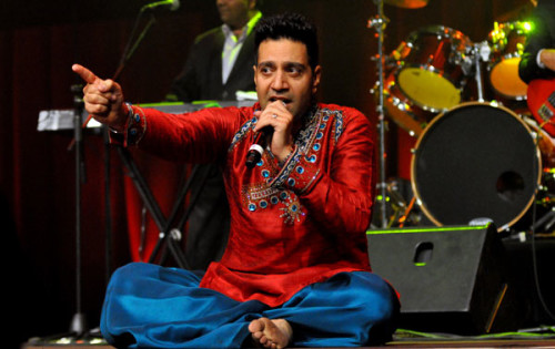 Kamal-Heer-Performing-A-Stage-Show00