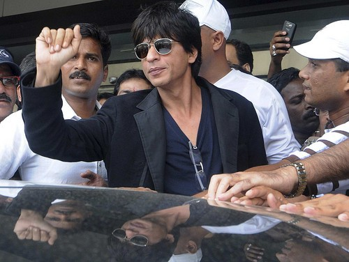 SRK Surrounded With Fans