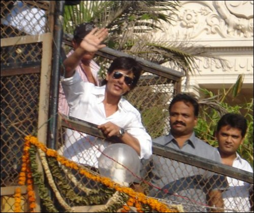 SRK Waving Hand For His Fans