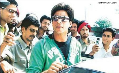 Shahrukh Khan Surrounding With His Fans