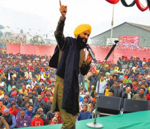 Singer_Kanwar_Grewal_performs_at_Lohri_Mela_organised_by_the_Malwa_Sabhyacharak_Manch_at_Dana_Mandi_in_Ludhiana