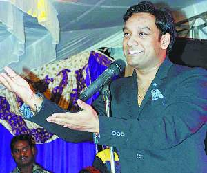 Master Sleem Singing Live In An Event