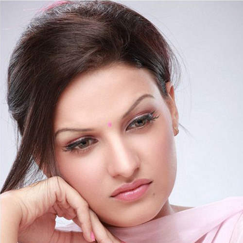 himanshi_khurana_giving_sad_pose