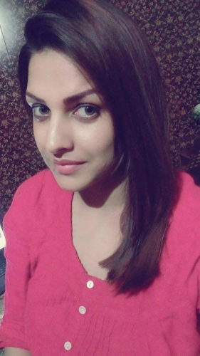 himanshi_khurana_wearing_pink_top